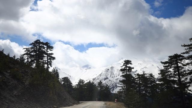 Koronavirüsle mücadele kapsamında alınan kararlar gereği, Konya Isparta sınırındaki Milli Parklar Ormanları da boş kaldı.