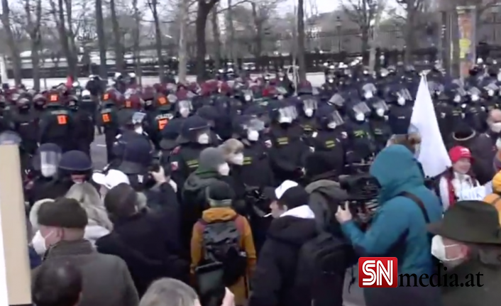 Viyana'da yasaklanmasına rağmen binlerce kişi korona tedbirlerine karşı gösteri düzenledi