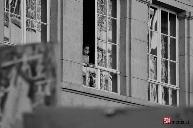 Beşinci kattan düşen küçük çocuk hayatını kaybetti