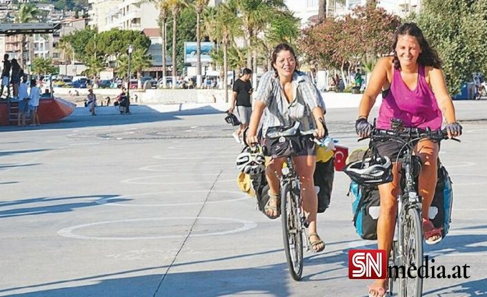 """Bisikletle Viyana'dan Kuşadası'na yolculuk Filiz Akıncı, Lisa Eibel, Andrea Maier bisikletle 26 günde 2 bin 12 km yol kat etti. 3 kafadar, """"Kadınlar isterse her şeyi yapar, başarır"""" dedi."""