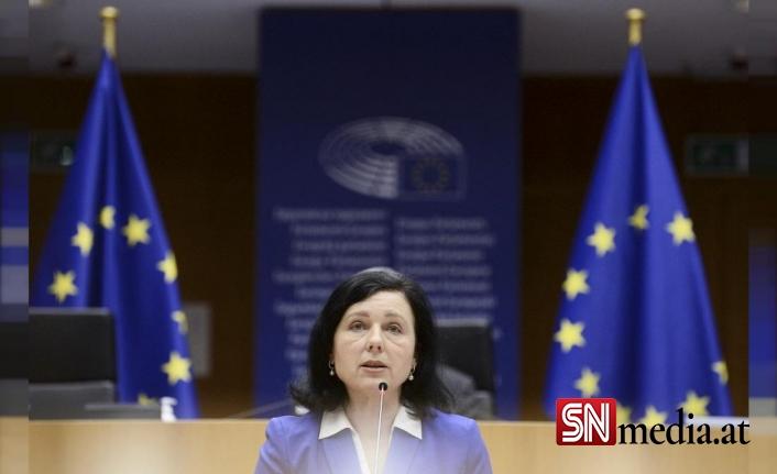 Avrupa Komiseri Jourova: AB, Polonya mahkemesinin kararına itiraz etmezse çökmeye başlar