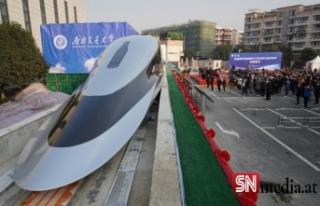 Çin raylara değmeden 600 km hızla giden trenini...
