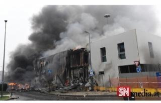 İtalya'da uçak düştü! Binaya çakıldı!
